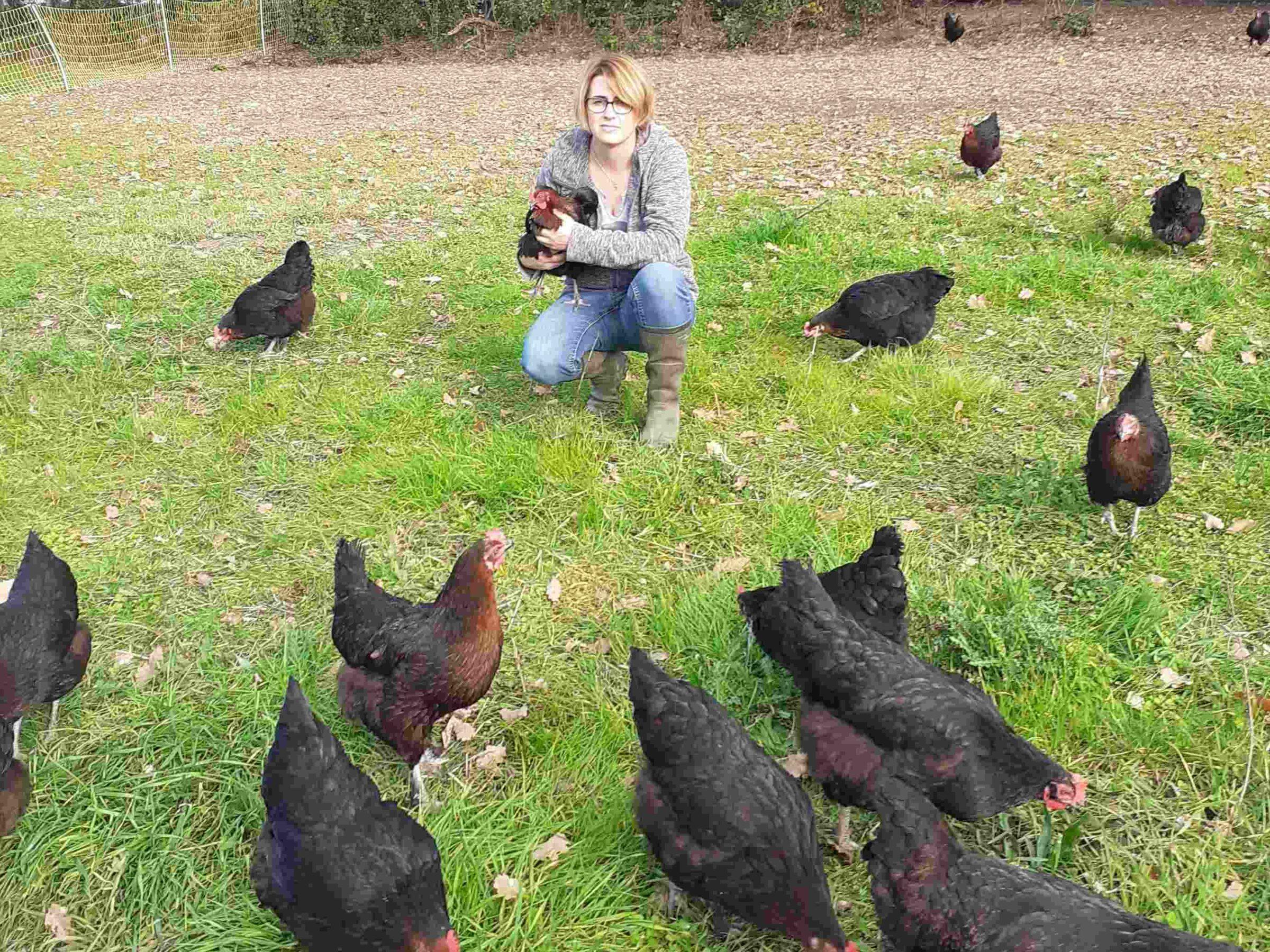 Céline Guillet et ses poules en plein air